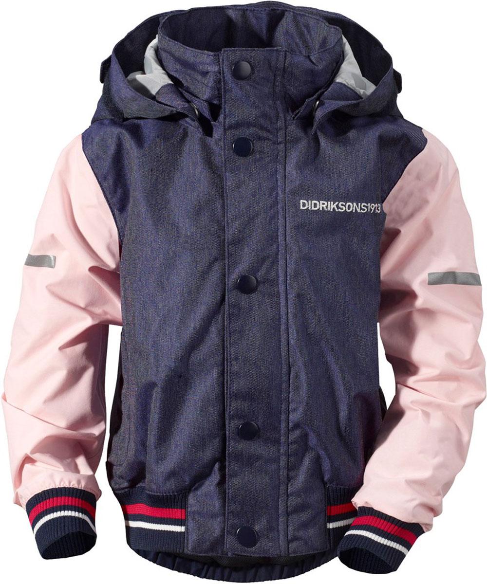 500786_188Детская куртка в стиле бомбер выполнена из непромокаемой и непродуваемой мембранной ткани. Спереди расположены скрытые карманы. Съемный капюшон. Регулируемые манжеты и низ изделия. Светоотражатели. Модель растет вместе с ребенком: уникальный крой изделия позволяет при необходимости увеличить длину рукавов на один размер, распустив специальный внутренний шов. Рассчитана на температуру от +10 до +18.