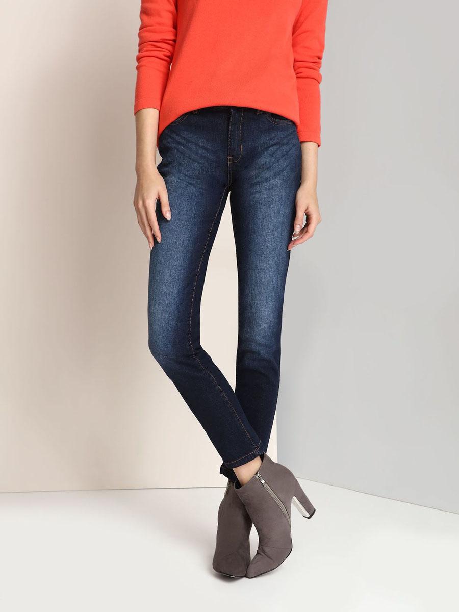 SSP2332NIЖенские джинсы Top Secret изготовлены из хлопка с добавлением эластана. Модель-скинни застегивается на пуговицу и имеет ширинку на застежке-молнии. Спереди расположены два втачных кармана и один маленький накладной, сзади - два накладных кармана. Изделие оформлено эффектом потертости.