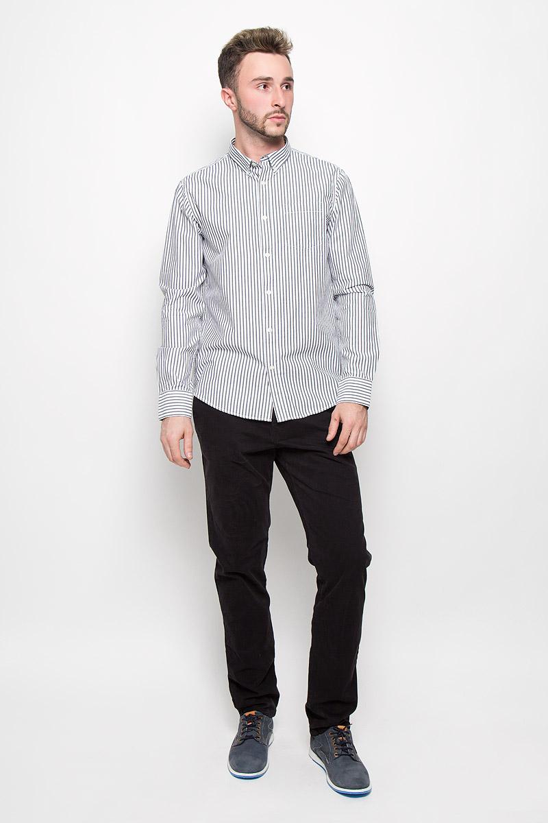 B676538Мужская рубашка Baon поможет создать отличный современный образ в стиле Casual. Модель, изготовленная из хлопка, очень мягкая и тактильно приятная, не сковывает движения. Рубашка классического кроя с длинными рукавами и отложным воротником застегивается на пуговицы по всей длине. Модель оформлена ненавязчивым принтом в полоску. На манжетах предусмотрены застежки-пуговицы. На груди модель дополнена накладным карманом. Воротник фиксируется при помощи пуговиц. Такая модель будет дарить вам комфорт в течение всего дня и станет стильным дополнением к вашему гардеробу.