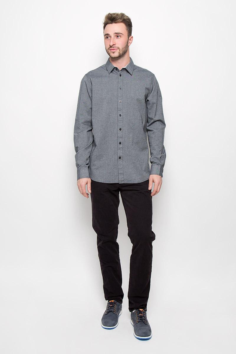 H-212/696-6321Стильная мужская рубашка Sela, изготовленная из натурального хлопка, необычайно мягкая и приятная на ощупь, не сковывает движения и позволяет коже дышать, не раздражает даже самую нежную и чувствительную кожу, обеспечивая наибольший комфорт. Модная рубашка с длинными рукавами и отложным воротником застегивается на пуговицы. Рукава дополнены манжетами на пуговицах. Модель оформлена ненавязчивым принтом. Эта рубашка идеальный вариант для повседневного гардероба. Такая модель порадует настоящих ценителей комфорта и практичности!