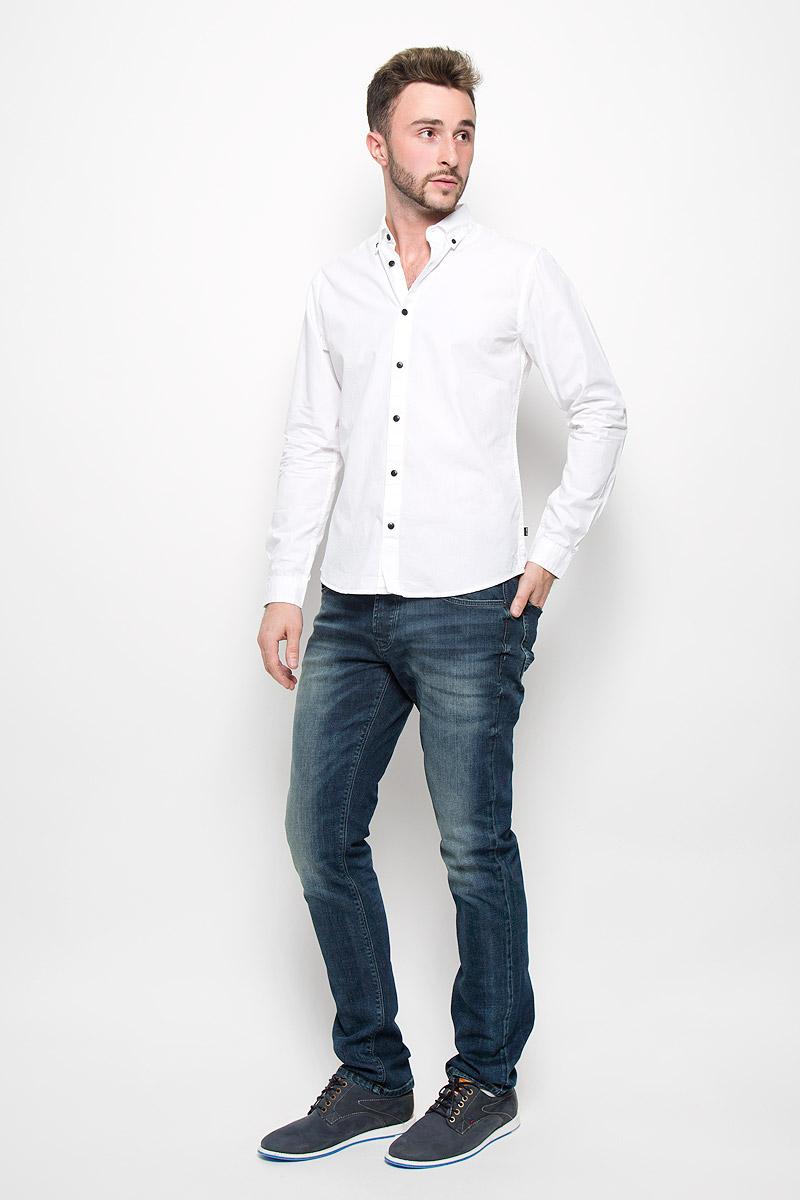 22004470_BlackМужская рубашка Only & Sons выполнена из натурального хлопка. Материал изделия легкий, тактильно приятный, не сковывает движения и хорошо пропускает воздух. Рубашка с отложным воротником и длинными рукавами застегивается спереди на пуговицы по всей длине. На манжетах также предусмотрены застежки-пуговицы. Рубашка приталенного силуэта. Воротник фиксируется при помощи пуговиц. Такая рубашка будет дарить вам комфорт в течение всего дня и станет стильным дополнением к вашему гардеробу.