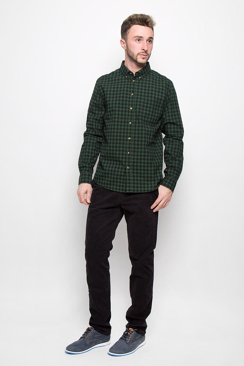 РубашкаH-212/717-6323Стильная мужская рубашка Sela Casual Wear, изготовленная из натурального хлопка, необычайно мягкая и приятная на ощупь, не сковывает движения и позволяет коже дышать, не раздражает даже самую нежную и чувствительную кожу, обеспечивая наибольший комфорт. Модная рубашка в клетку с длинными рукавами и отложным воротником застегивается на пуговицы. Рукава дополнены манжетами на пуговицах. На груди модель оформлена накладным карманом. Воротник фиксируется при помощи пуговиц. Эта рубашка идеальный вариант для повседневного гардероба. Такая модель порадует настоящих ценителей комфорта и практичности!