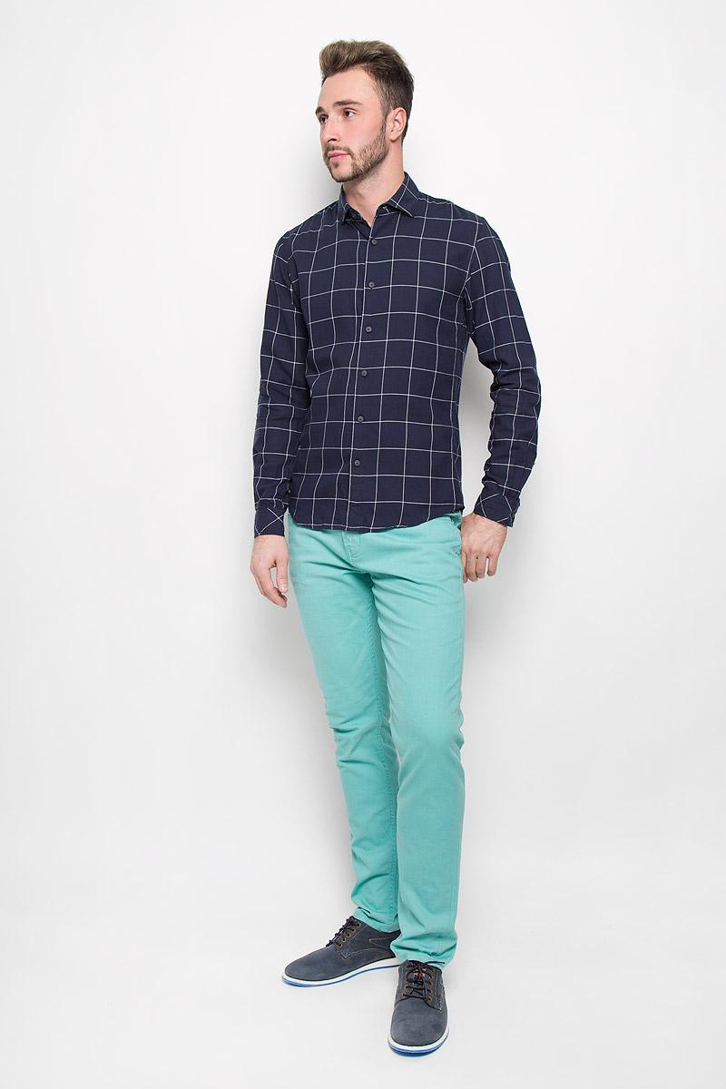 Рубашка2032409.00.12_6576Мужская рубашка Tom Tailor Denim выполнена из натурального хлопка. Материал изделия легкий, тактильно приятный, не сковывает движения и хорошо пропускает воздух. Приталенная рубашка с отложным воротником и длинными рукавами застегивается спереди на пуговицы по всей длине. На манжетах также предусмотрены застежки-пуговицы. Модель оформлена принтом в клетку. Такая рубашка будет дарить вам комфорт в течение всего дня и станет стильным дополнением к вашему гардеробу.