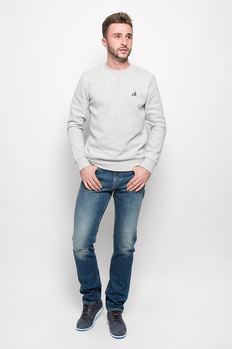 ДжинсыJ30J300562_4950Мужские джинсы Calvin Klein Jeans, выполненные из натурального хлопка, отлично дополнят ваш образ. Ткань изделия тактильно приятная, не стесняет движений, позволяет коже дышать. Джинсы застегиваются в поясе на пуговицу и имеют ширинку на молнии. На модели предусмотрены шлевки для ремня. Спереди джинсы дополнены двумя втачными карманами и одним маленьким накладным, сзади - двумя накладными карманами. Оформлено изделие эффектом потертости и рваным эффектом на коленке. Высокое качество кроя и пошива, актуальный дизайн и расцветка придают изделию неповторимый стиль и индивидуальность. Модель займет достойное место в вашем гардеробе!