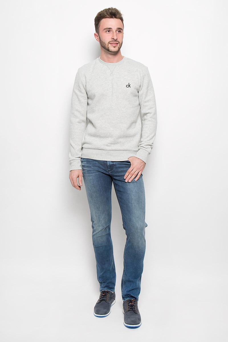 СвитшотJ30J300603_0990Стильный мужской свитшот Calvin Klein Jeans, изготовленный из высококачественного материала, мягкий и приятный на ощупь, не сковывает движений и обеспечивает наибольший комфорт. Такой свитшот великолепно пропускает воздух, позволяя коже дышать, и обладает высокой гигроскопичностью. Модель свободного кроя с круглым вырезом горловины и длинными рукавами оформлена брендовой вышивкой. Манжеты рукавов, воротник и низ изделия дополнены трикотажными резинками. Этот свитшот - настоящее воплощение комфорта, он послужит отличным дополнением к вашему гардеробу. В нем вы будете чувствовать себя уютно в прохладное время года.