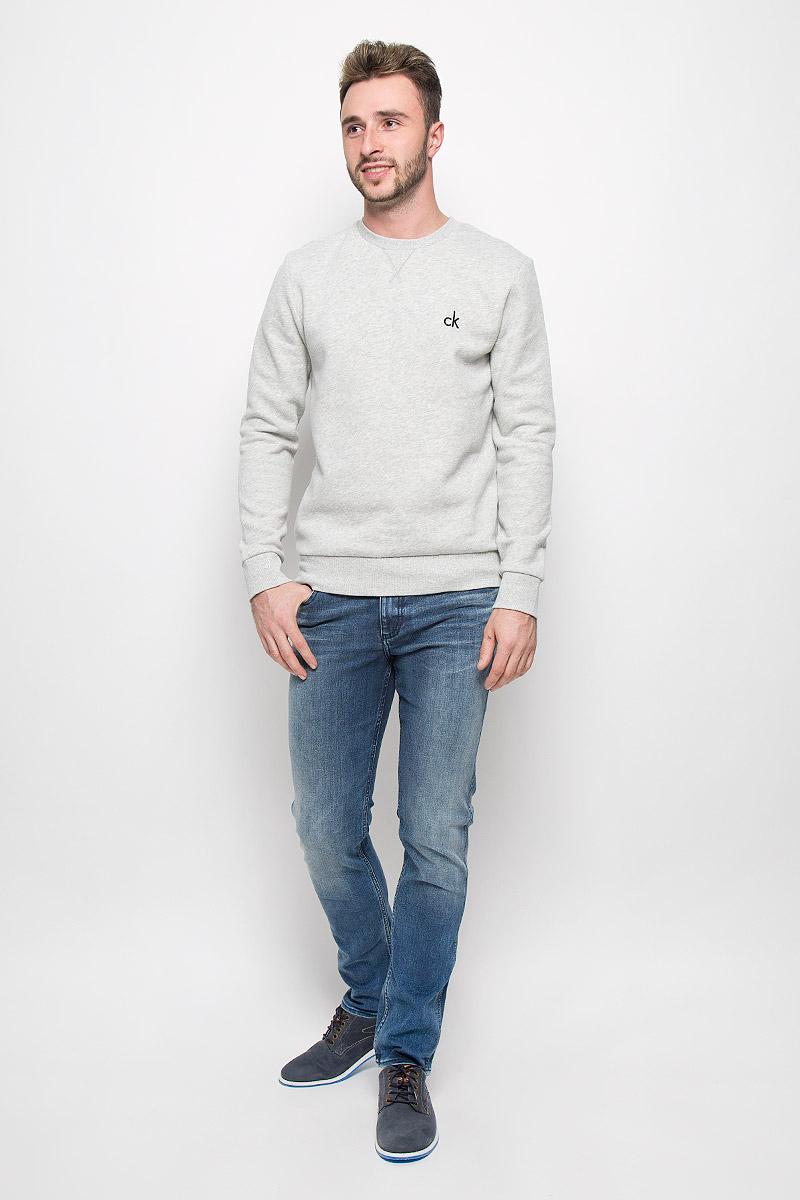 J30J300562_4950Мужские джинсы Calvin Klein Jeans, выполненные из эластичного хлопка с небольшим добавлением полиэстера, отлично дополнят ваш образ. Ткань изделия тактильно приятная, не стесняет движений, позволяет коже дышать. Джинсы застегиваются в поясе на пуговицу и имеют ширинку на молнии. На модели предусмотрены шлевки для ремня. Спереди джинсы дополнены двумя втачными карманами и одним маленьким накладным, сзади - двумя накладными карманами. Оформлено изделие эффектом потертости. Высокое качество кроя и пошива, актуальный дизайн и расцветка придают изделию неповторимый стиль и индивидуальность. Модель займет достойное место в вашем гардеробе!