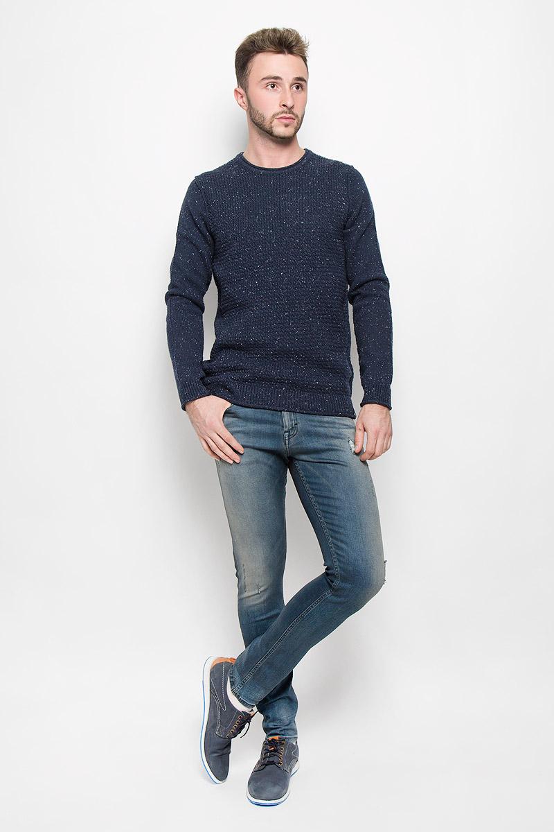 ДжинсыA16-22017_101Модные мужские джинсы Calvin Klein - это джинсы высочайшего качества, которые прекрасно сидят. Они выполнены из высококачественного эластичного хлопка с добавлением эластомультиэстера, что обеспечивает комфорт и удобство при носке. Джинсы-скинни заниженной посадки станут отличным дополнением к вашему современному образу. Джинсы застегиваются на пуговицу в поясе и ширинку на застежке-молнии, дополнены шлевками для ремня. Джинсы имеют классический пятикарманный крой: спереди модель дополнена двумя втачными карманами и одним маленьким накладным кармашком, а сзади - двумя накладными карманами. Модель оформлена перманентными складками и эффектом потертости. Эти модные и в то же время комфортные джинсы послужат отличным дополнением к вашему гардеробу.