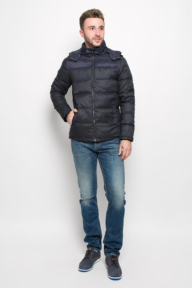 J30J300603_0990Стильная мужская куртка Calvin Klein Jeans превосходно подойдет для прохладных дней. Куртка выполнена из полиэстера, она отлично защищает от дождя, снега и ветра, а наполнитель из синтепона превосходно сохраняет тепло. Модель с длинными рукавами и воротником-стойкой застегивается на застежку-молнию спереди и имеет съемный капюшон на застежке-молнии. Объем капюшона регулируется при помощи шнурка-кулиски со стопперами. Изделие дополнено двумя втачными карманами на кнопках спереди, а также внутренним втачным карманом. Рукава дополнены внутренними трикотажными манжетами. Эта модная и в то же время комфортная куртка согреет вас в холодное время года и отлично подойдет как для прогулок, так и для активного отдыха.