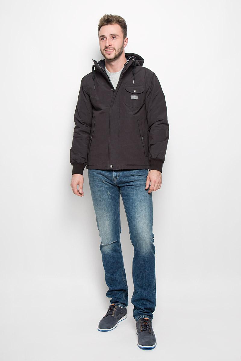 L88MWRJAОтличная мужская куртка Lee, выполненная из хлопка с добавлением полиамида, незаменимая вещь в прохладную погоду. В качестве подкладки используется натуральный хлопок и полиамид, а наполнителем служит 100% полиэстер. Модель с несъемным капюшоном и длинными рукавами застегивается на застежку-молнию и дополнительно на ветрозащитную планку на кнопках. Капюшон дополнен шнурком-кулиской. Низ рукавов обработан эластичными манжетами. Спереди куртка оформлена двумя прорезными карманами с клапанами на пуговицах и одним накладным карманом с клапаном на кнопке. С внутренней стороны изделия расположен небольшой накладной карман. Эта потрясающая куртка послужит отличным дополнением к вашему гардеробу!