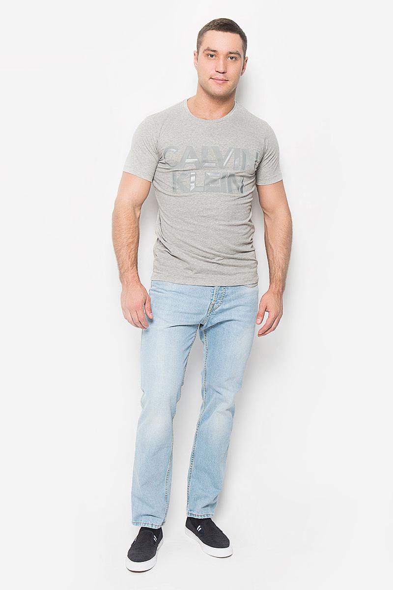 ФутболкаJ30J300562_4950Мужская футболка Calvin Klein Jeans, выполненная из эластичного хлопка, идеально подойдет для повседневной носки. Материал очень мягкий и приятный на ощупь, не сковывает движения и хорошо пропускает воздух. Футболка с круглым вырезом горловины и короткими рукавами имеет полуприлегающий силуэт. Спереди изделие украшено фактурной надписью с названием бренда. Такая модель будет дарить вам комфорт в течение всего дня и станет стильным дополнением к вашему образу.