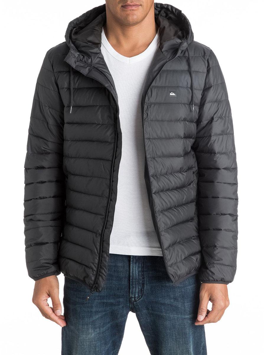 EQYJK03234-BRQ0Мужская куртка Quiksilver Everydayscaly M Jckt выполнена из 100% полиэстера с синтепоновым утеплителем. Модель с воротником-стойкой и несъемным капюшоном застегивается на молнию спереди. Капюшон дополнен утягивающим шнурком. Спереди куртка дополнена двумя врезными карманами на молниях.