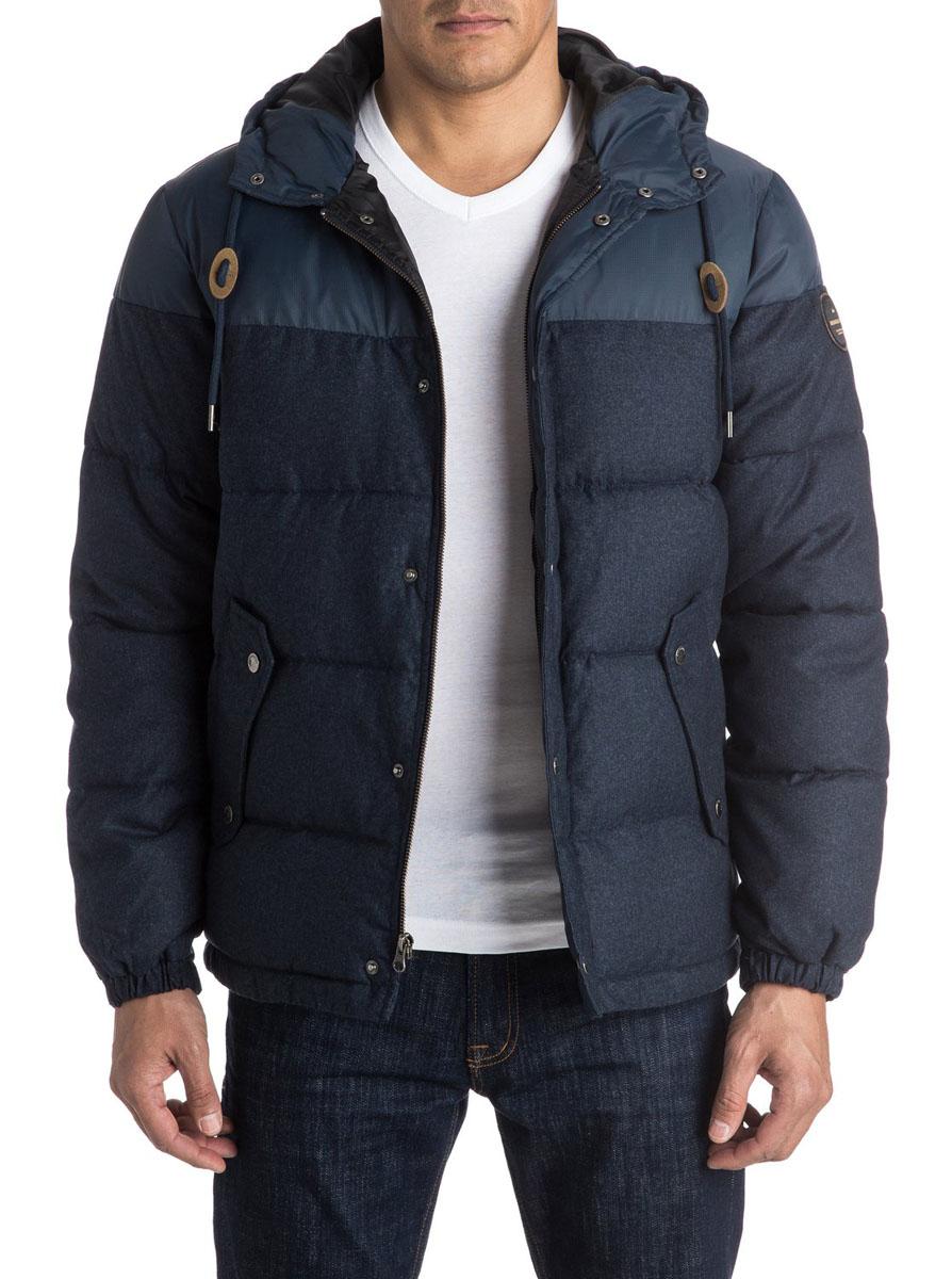 КурткаEQYJK03228-BYJHМужская куртка Quiksilver выполнена из 100% полиэстера. В качестве подкладки и утеплителя также используется полиэстер. Верхняя часть изделия выполнена из прочной ткани Ripstop. Модель с несъемным капюшоном застегивается на застежку-молнию и имеет ветрозащитную планку на кнопках. Край капюшона дополнен шнурком-кулиской. Низ рукавов дополнен эластичными манжетами на резинке и хлястиком на кнопке. Спереди расположено два втачных кармана с клапанами на кнопках, а с внутренней стороны - один прорезной карман на липучке. Куртка оформлена фирменными нашивками.