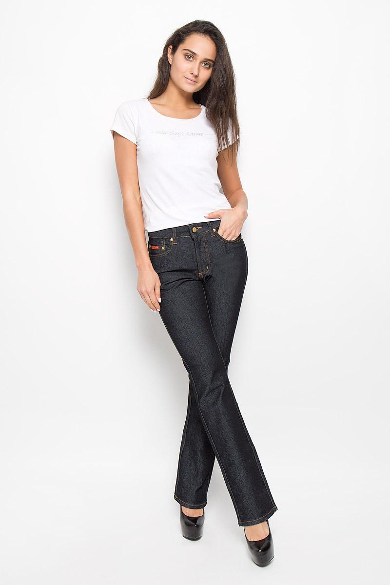 10722 RWСтильные женские джинсы Montana Bell - отличная модель на каждый день, которая прекрасно вам подойдет. Изделие изготовлено из хлопка с добавлением полиэстера и спандекса. Джинсы-клеш средней посадки на талии застегиваются на металлическую пуговицу, также имеются ширинка на застежке-молнии и шлевки для ремня. Спереди модель дополнена двумя втачными карманами со и одним маленьким накладным кармашком, а сзади - двумя накладными карманами. Модель оформлена модной контрастной прострочкой. Эти эффектные и в то же время комфортные джинсы послужат превосходным дополнением к вашему гардеробу.