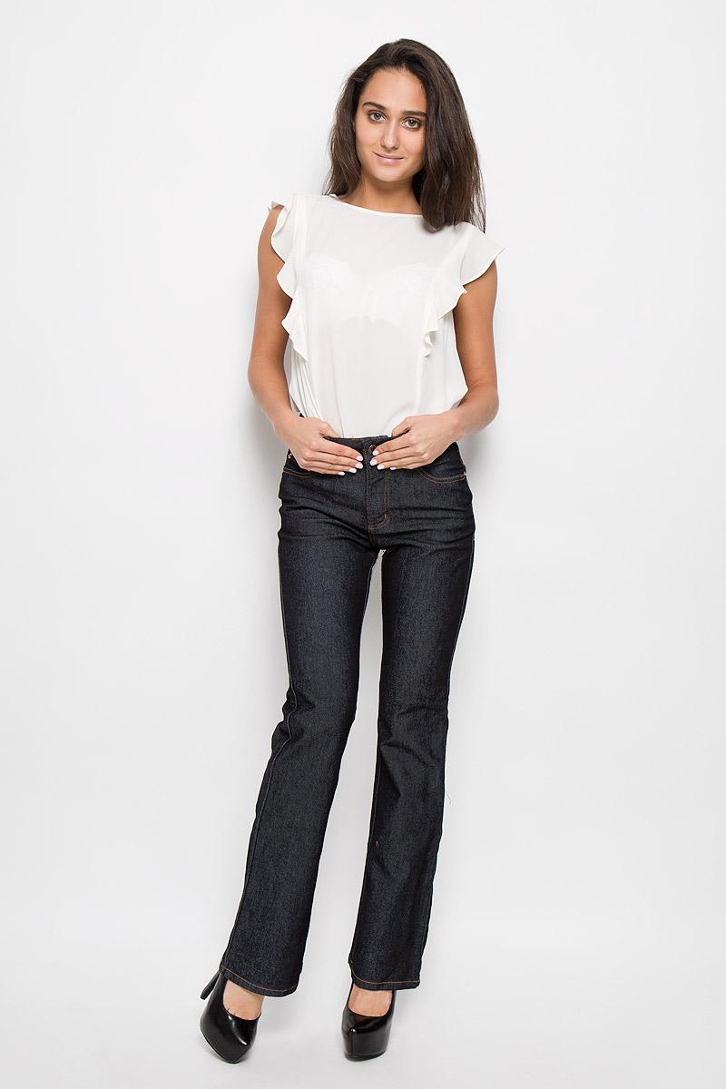 Джинсы10645 RWСтильные женские джинсы Montana Bell - отличная модель на каждый день, которая прекрасно вам подойдет. Изделие изготовлено из хлопка с добавлением полиэстера и спандекса. Джинсы-клеш высокой посадки на талии застегиваются на металлическую пуговицу, также имеются ширинка на застежке-молнии и шлевки для ремня. Спереди модель дополнена двумя втачными карманами со и одним маленьким накладным кармашком, а сзади - двумя накладными карманами. Модель оформлена модной контрастной прострочкой. Эти эффектные и в то же время комфортные джинсы послужат превосходным дополнением к вашему гардеробу.