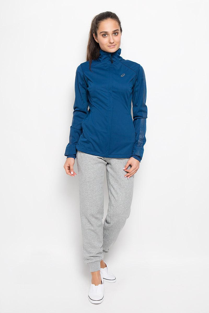 134074-8130Женская куртка для бега Asics Lite-Show Winter Jacket прекрасно подходит для бега в холодную погоду. Куртка с воротником-стойкой застегивается спереди на молнию. Флисовый материал устойчив к ветру и воде, а вставки из трикотажа с начесом сбоку и сзади мягко отводят влагу, сохраняя ощущение сухости и комфорта на протяжении всей пробежки. На куртке предусмотрены светоотражающие детали. Просторные передние карманы на молниях имеют медиа-порт для наушников. Удобная и практически невесомая куртка отлично подходит для занятий спортом, утренних пробежек и дальних путешествий. Не дайте зиме помешать вашим планам!