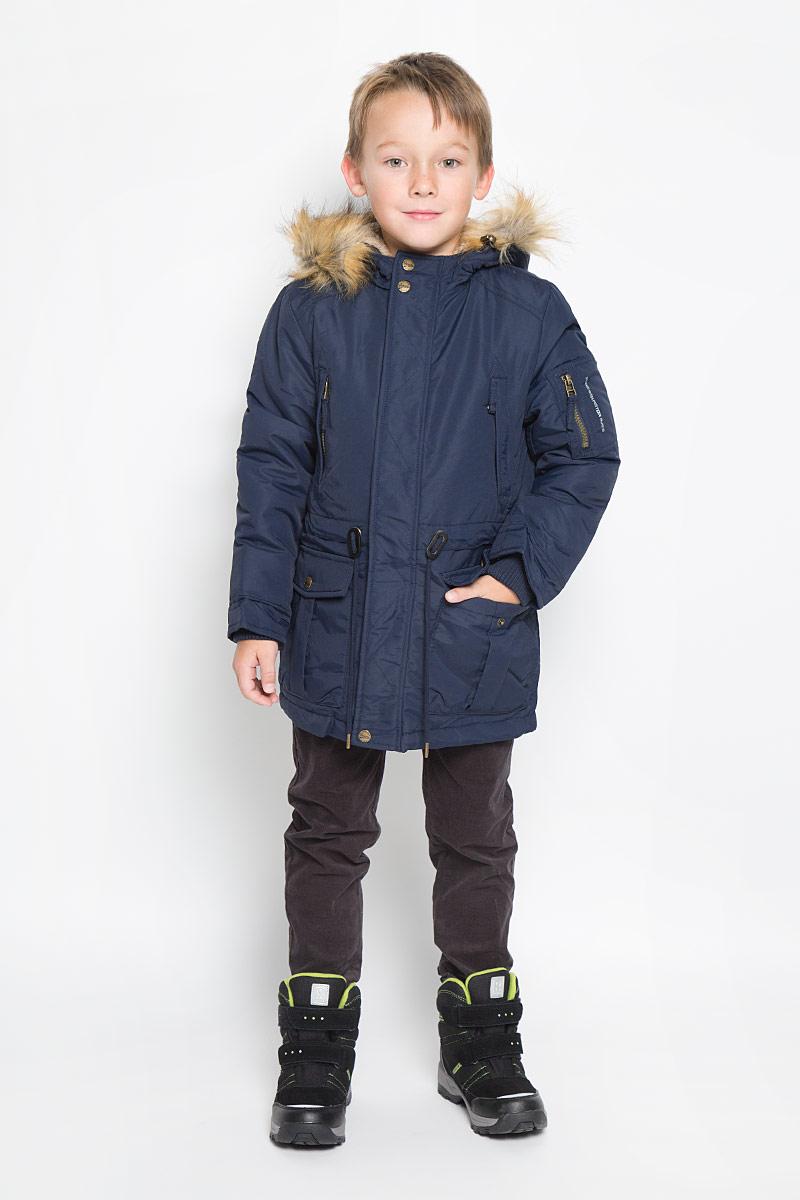 Cep-826/339-6312Модная парка для мальчика Sela идеально подойдет для ребенка в прохладное время года. Модель изготовлена из 100% нейлона и утеплена полиэстером, который хорошо сохраняет тепло. На подкладке используется полиэстер, который не раздражает нежную и чувствительную кожу ребенка, обеспечивая ему наибольший комфорт. Парка с несъемным капюшоном застегивается на пластиковую застежку-молнию с защитой для подбородка и дополнительно имеет ветрозащитную планку на кнопках. Капюшон оформлен искусственным мехом, который в случае необходимости можно отстегнуть. Рукава дополнены внутренними широкими трикотажными манжетами. Объем по линии талии можно регулировать за счет шнурка-кулиски. Спинка модели немного удлинена и также дополнена шнурком-кулиской. Спереди предусмотрены два накладных кармана с клапанами на кнопках и два прорезных кармана на застежке-молнии. На левом рукаве расположен небольшой накладной карман на молнии. С внутренней стороны расположен небольшой накладной карман. Изделие по бокам...