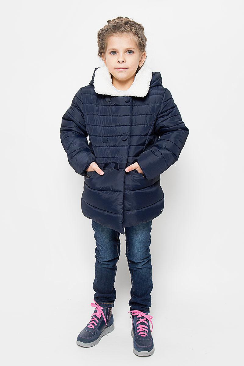 Куртка3533020.00.81_6456Куртка для девочки Tom Tailor идеально подойдет вашей моднице в прохладное время года. Куртка изготовлена из высококачественного полиэстера, комбинированная подкладка выполнена из полиэстера, содержит мягкие флисовые вставки. Куртка с капюшоном застегивается на застежку-молнию, благодаря чему ее легко одевать и снимать, и дополнительно имеет внутренний ветрозащитный клапан. Воротник куртки дополнен искусственным мехом. Оформлена модель горизонтальной стежкой. Спереди два прорезных кармана с клапанами на кнопках, внутри один накладной карман с застежкой-липучкой. По талии модель декорирована трикотажной лентой с бантиком. На груди изделие оформлено декоративными пуговицами. Рукава дополнены флисовыми манжетами, что препятствует проникновению холодного воздуха. Комфортная, удобная и теплая куртка идеально подойдет для прогулок и игр на свежем воздухе! Незаменимая вещь в холодную погоду!