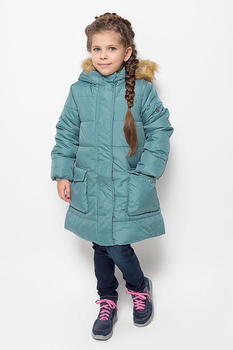 Пальто216BBGC45021000Пальто для девочки Button Blue c несъемным капюшоном и длинными рукавами выполнено из прочного полиэстера. Внутри расположена вставка из мягкого флиса. Наполнитель - искусственный пух. Капюшон украшен съемным искусственным мехом на застежке-молнии. Модель застегивается на застежку-молнию спереди и имеет ветрозащитный клапан на кнопках. Объем капюшона регулируется при помощи шнурка-кулиски со стопперами. Изделие дополнено двумя накладными карманами с клапанами на кнопках. Рукава оснащены внутренними трикотажными манжетами. Низ куртки оснащен шнурком- кулиской со стопперами. Пальто оформлено стеганым узором.