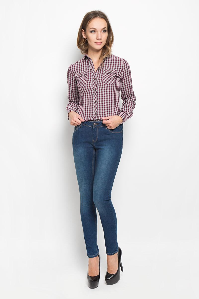 РубашкаLCHWW043/NAVYЖенская рубашка Lee Cooper, выполненная из высококачественного хлопка, обладает высокой теплопроводностью, воздухопроницаемостью и гигроскопичностью, позволяет коже дышать, тем самым обеспечивая наибольший комфорт при носке. Модель с отложным воротником застегивается на пуговицы. Рубашка дополнена двумя накладными карманами на пуговицах на груди. Длинные рукава рубашки дополнены манжетами на пуговицах. Изделие оформлено актуальным принтом в мелкую клетку Такая рубашка подчеркнет ваш вкус и поможет создать великолепный стильный образ.
