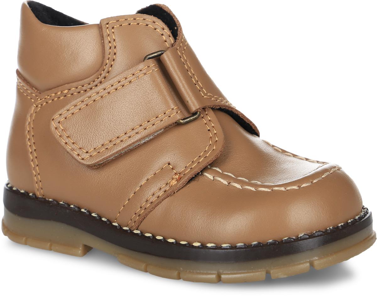 Tas243-400Утепленные модные ботинки Таши Орто заинтересуют вашего мальчика с первого взгляда. Модель выполнена из натуральной кожи. Застежка- липучка надежно фиксирует голеностоп и одновременно регулирует полноту, не ослабевает в процессе ежедневной носки, важный элемент ортопедической обуви. Анатомическая стелька из натуральной кожи с супинатором, не продавливающимся во время носки, обеспечивает правильное формирование стопы. Мыс декорирован прострочкой. Благодаря использованию современных внутренних материалов оптимально распределяется нагрузка по всей площади стопы, что дает ножке ощущение мягкости и комфорта. Полужесткий задник фиксирует ножку ребенка. У модели ортопедический каблук, продленный с внутренней стороны подошвы, его внутренняя часть длиннее наружной, укрепляет подошву под средней частью стопы и препятствует заваливанию стопы внутрь (что обычно наблюдается при вальгусной постановке). Эластичная подошва с рельефным протектором предназначена для правильного...