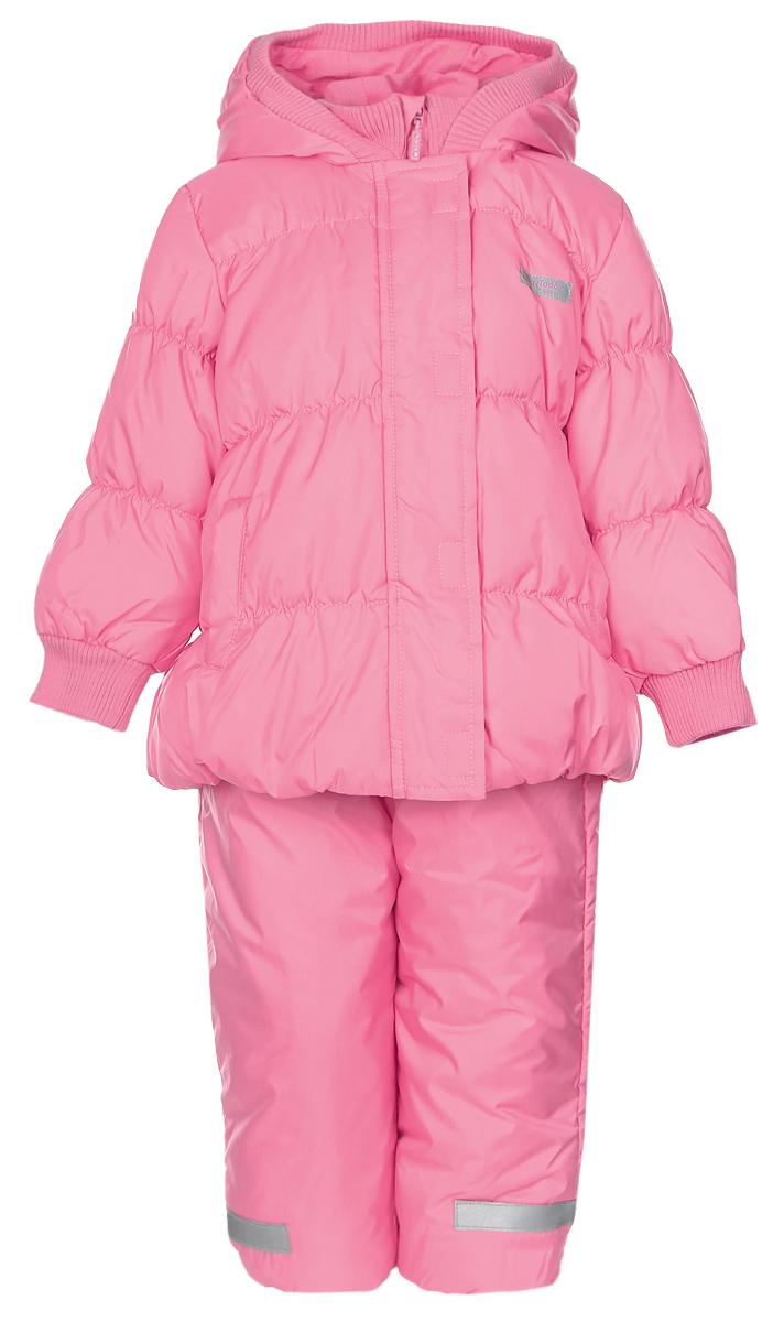368001Комплект одежды PlayToday, состоящий из куртки и утепленного полукомбинезона, идеально подойдет для вашего ребенка в прохладное время года. Куртка изготовлена из 100% полиэстера. Подкладка выполнена из хлопка с добавлением полиэстера, приятная на ощупь. В качестве утеплителя используется синтепон - 100% полиэстер. Куртка с капюшоном застегивается на липучки и пластиковую молнию с защитой подбородка и имеет внутреннюю ветрозащитную планку. Несъемный капюшон дополнен трикотажной резинкой. На рукавах предусмотрены трикотажные манжеты, которые предотвращают проникновение снега и ветра. По бокам расположены два втачных кармана. На куртке предусмотрена небольшая светоотражающая нашивка с фирменным логотипом. Полукомбинезон с грудкой застегивается спереди на пластиковую застежку-молнию и дополнительно имеет внутреннюю ветрозащитную планку и эластичные наплечные лямки, регулируемые по длине. На талии предусмотрена широкая эластичная резинка, которая...