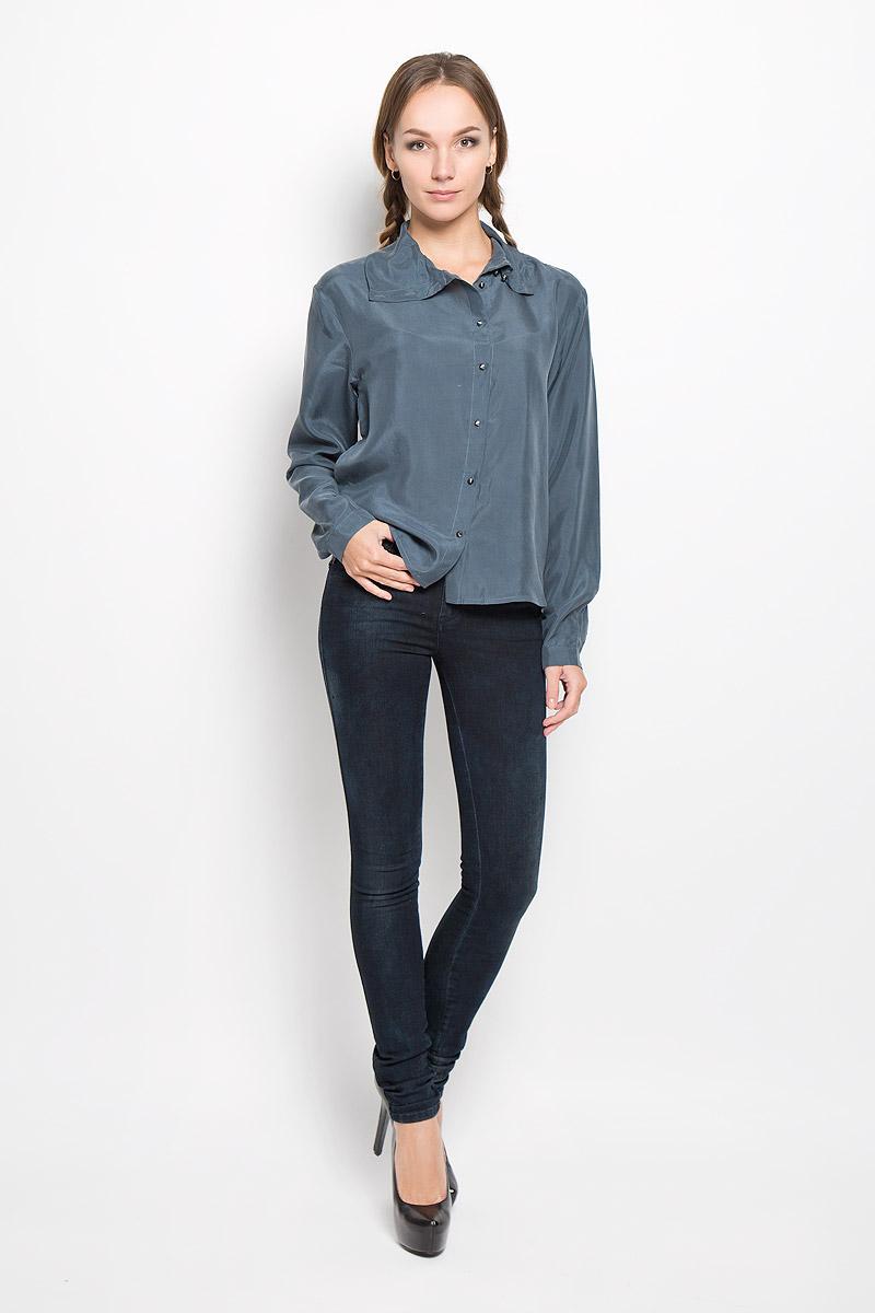 00STN6-0IAMT/9ASСтильная женская блуза Diesel, выполненная из натурального шелка, подчеркнет ваш уникальный стиль и поможет создать оригинальный женственный образ. Блузка свободного кроя с длинными рукавами и отложным воротником застегивается на пуговицы по всей длине. Рукава дополнены манжетами на пуговицах. В боковых швах обработаны небольшие разрезы. Такая блузка будет дарить вам комфорт в течение всего дня и послужит замечательным дополнением к вашему гардеробу.