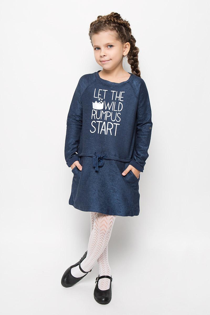 Платье216BBGC50011012Стильное платье Button Blue для девочки отлично подойдет юной моднице. Выполненное из эластичного хлопка, оно мягкое и приятное на ощупь, не сковывает движения и позволяет коже дышать. Платье с длинными рукавами-реглан и круглым вырезом горловины дополнено на линии бедер ленточкой-утяжкой и двумя боковыми карманами. Оформлено изделие надписью на английском языке. Стильное сочетание разных фактур и материалов придают платью неповторимый стиль и индивидуальность. В таком платье ваша принцесса всегда будет в центре внимания!