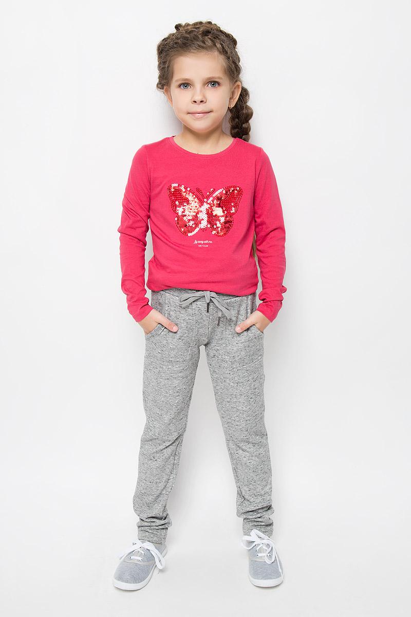 Pk-615/1000-6415Утепленные спортивные брюки для девочки Sela идеально подойдут вашей маленькой моднице. Изготовленные из полиэстера и хлопка, они необычайно мягкие и приятные на ощупь, не сковывают движения и хорошо пропускают воздух, обеспечивая комфорт. Изнаночная сторона с мягким плюшевым ворсом. Отделка брюк выполнена из эластичного хлопка. Брюки слегка зауженного кроя дополнены в поясе мягкой трикотажной резинкой с затягивающимся шнурком. Спереди расположены два втачнах кармашка. В таких брючках вашей принцессе будет тепло, уютно и комфортно!