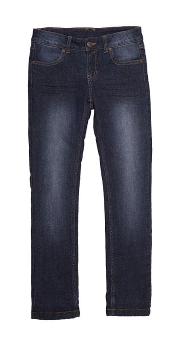 Джинсы216BBBC6401D100Джинсы с потертостями и варкой на подкладке из флиса гарантируют отличный внешний вид и хорошее настроение. Модный силуэт, удобная посадка на фигуре создают комфорт, тепло и свободу движений. Купить хорошие детские джинсы, чтобы быть в тренде и не сомневаться в их практичности и удобстве, значит купить джинсы от Button Blue!