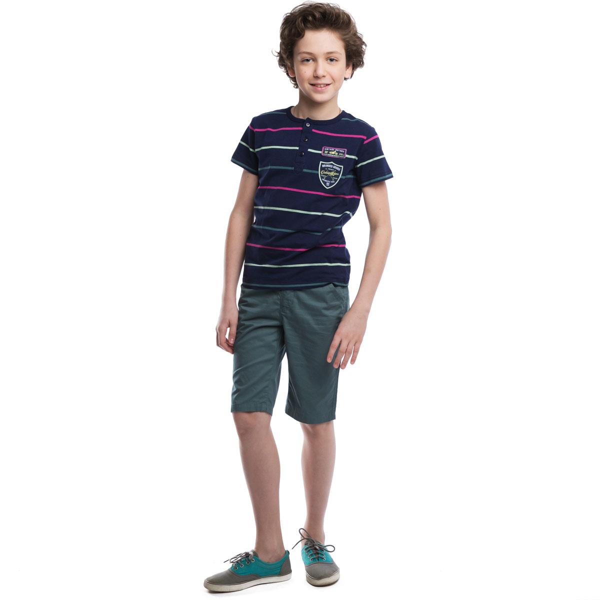 Футболка263013Стильная футболка для мальчика Scool станет отличным дополнением к детскому гардеробу. Изготовленная из эластичного хлопка, она мягкая и приятная на ощупь, не сковывает движения и позволяет коже дышать. Футболка с круглым вырезом горловины и короткими рукавами застегивается сверху на три пуговицы. Вырез горловины дополнен мягкой резинкой. Модель оформлена принтом в полоску, украшена нашивками на груди. Современный дизайн и расцветка делают эту футболку стильным предметом детской одежды. В ней юный модник всегда будет в центре внимания!
