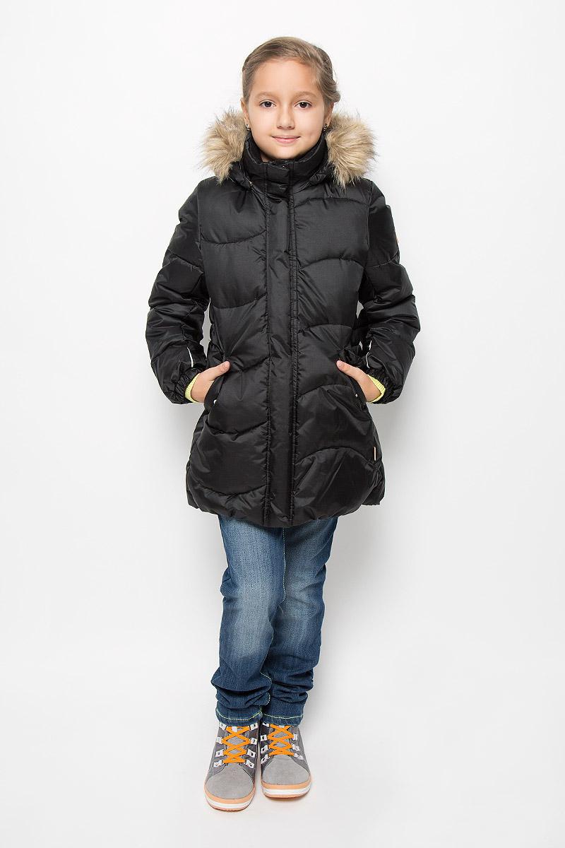 Пальто531228-4620Модная куртка Reima Sula со средней степенью утепления станет отличным дополнением к гардеробу вашей дочурки. Куртка изготовлена из водонепроницаемой и ветрозащитной мембранной ткани - полиамида с добавлением полиэстера на подкладке из 100% полиэстера. Благодаря специальной обработке полиуретаном, поверхность изделия отталкивает грязь и воду, что облегчает поддержание аккуратного вида одежды. Дышащий материал изделия обеспечивает дополнительный комфорт. В качестве утеплителя используется 100% полиэстер. Куртка с воротником-стойкой и съемным капюшоном застегивается на застежку-молнию и дополнена ветрозащитным клапаном с застежками-кнопками. Капюшон, украшенный съемным искусственным мехом, пристегивается к куртке с помощью кнопок. Мягкая подкладка на капюшоне и воротнике обеспечивает комфорт. Изделие дополнено спереди двумя прорезными карманами с клапанами на кнопках. Манжеты рукавов дополнены эластичными резинками. Нижняя часть модели с внутренней стороны...