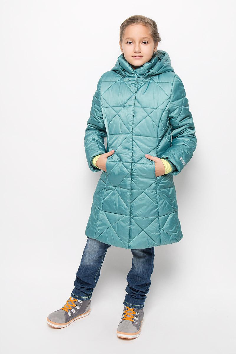Пальто364152Стильное утепленное пальто с фактурной стежкой для девочки Scool, изготовленное из полиэстера, станет стильным дополнением к детскому гардеробу. Материал приятный на ощупь, позволяет коже дышать, легко стирается, быстро сушится. Подкладка выполнена из полиэстера с флисовыми вставками. В качестве утеплителя используется синтепон (260 г/м2). Модель с капюшоном и длинными рукавами застегивается на пластиковую застежку-молнию и дополнительно имеет внешнюю ветрозащитную планку на кнопках. Капюшон пристегивается кнопками и регулируется эластичной резинкой со стопперами. По бокам расположены два прорезных кармана на молниях. Рукава дополнены трикотажными манжетами. Красивый цвет, модный силуэт обеспечивают пальто прекрасный внешний вид! Теплое, удобное и практичное пальто идеально подойдет юной моднице для прогулок!