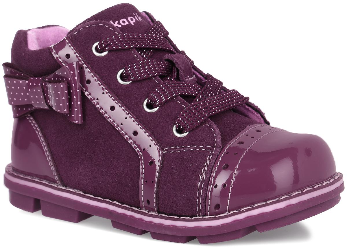 52226ук-1Стильные ботинки от Kapika заинтересуют вашу девочку с первого взгляда. Модель выполнена из натурального лака и искусственной замши, сбоку оформлена лаковым бантом в горошек. Обувь декорирована перфорированными элементами. Изделие на застежке-молнии, подъем дополнен шнуровкой, что способствует надежной фиксации на ноге. Подкладка, изготовленная из шерсти, предотвращает натирание. Антибактериальная, влагопоглощающая, амортизирующая, анатомическая стелька из ЭВА материала с верхним покрытием из шерстяного текстиля, дополненная легкой перфорацией, обеспечивает максимальную устойчивость ноги при ходьбе, правильное формирование стопы и снижение общей утомляемости ног. Подошва оснащена рифлением для лучшей сцепки с поверхностью. Чудесные ботинки займут достойное место в гардеробе вашего ребенка.
