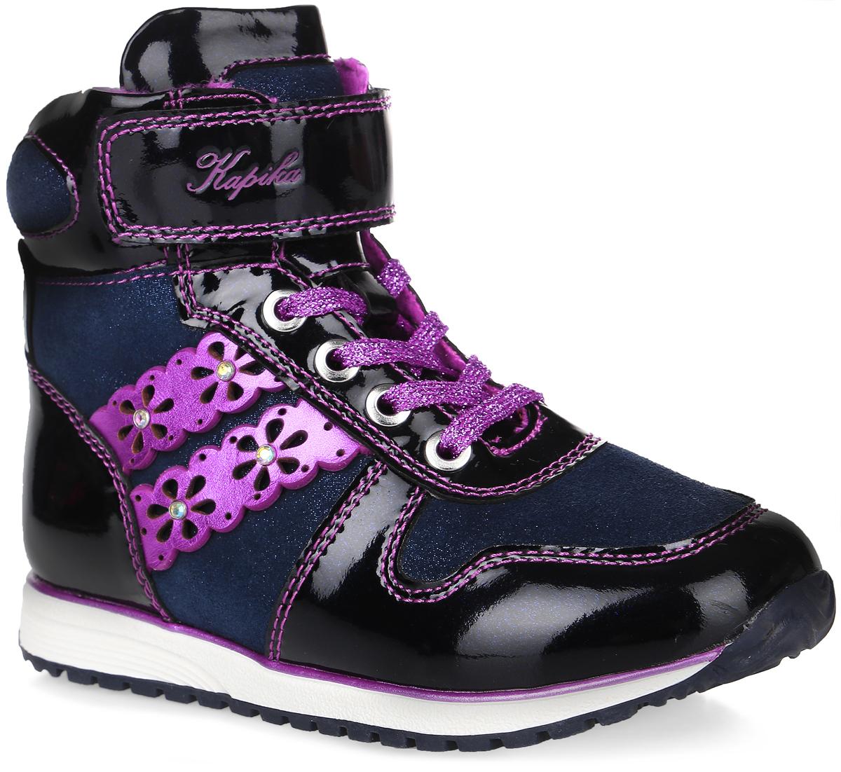52229ук-1Стильные ботинки от Kapika заинтересуют вашу девочку с первого взгляда. Модель выполнена из натурального лака и искусственного спилока, оформленного блестками. Сбоку обувь декорирована ажурными полосками со стразами. Изделие на застежке-молнии, подъем дополнен шнуровкой и застежкой-липучкой, что способствует надежной фиксации на ноге. Подкладка, изготовленная из текстиля, сохраняет комфортный микроклимат в обуви, эффективно поглощает влагу, вибрации и неприятные запахи, снижает ударную нагрузку. Подошва оснащена рифлением для лучшей сцепки с поверхностью. Чудесные ботинки займут достойное место в гардеробе вашего ребенка.