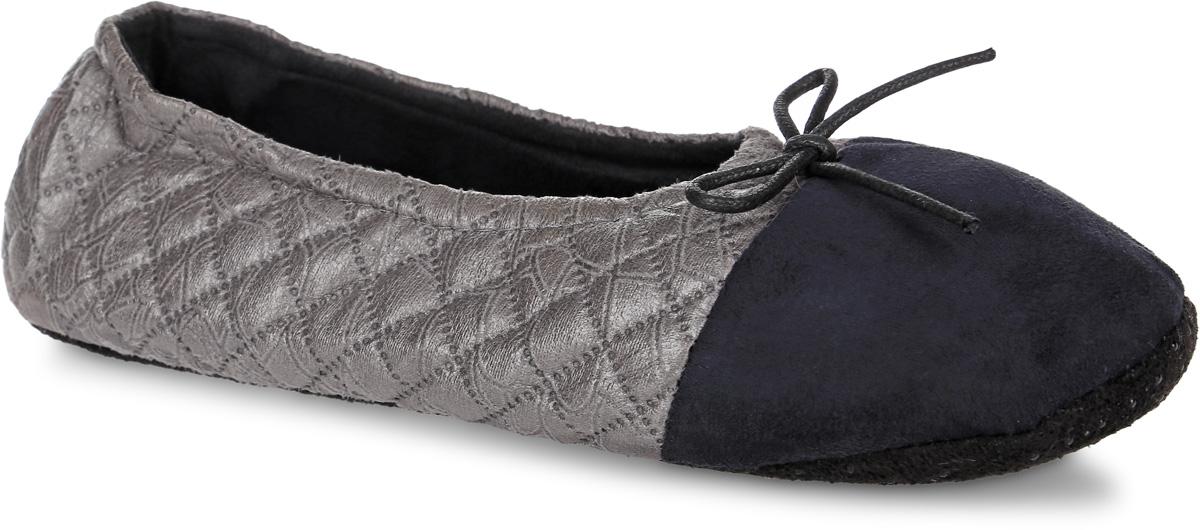 H87Женские тапки Burlesco не дадут вашим ногам замерзнуть. Модель выполнена из мягкого текстильного материала и оформлена оригинальным узором и небольшим бантиком. Внутренняя поверхность и стелька выполнены из текстильного материала. Подошва дополнена силиконовыми вставками против скольжения. Тапки обеспечат прогрев ног сухим теплом, защитят от воздействия холода и сквозняков, и снимут усталость ног. Легкие и мягкие тапки подарят чувство уюта и комфорта.