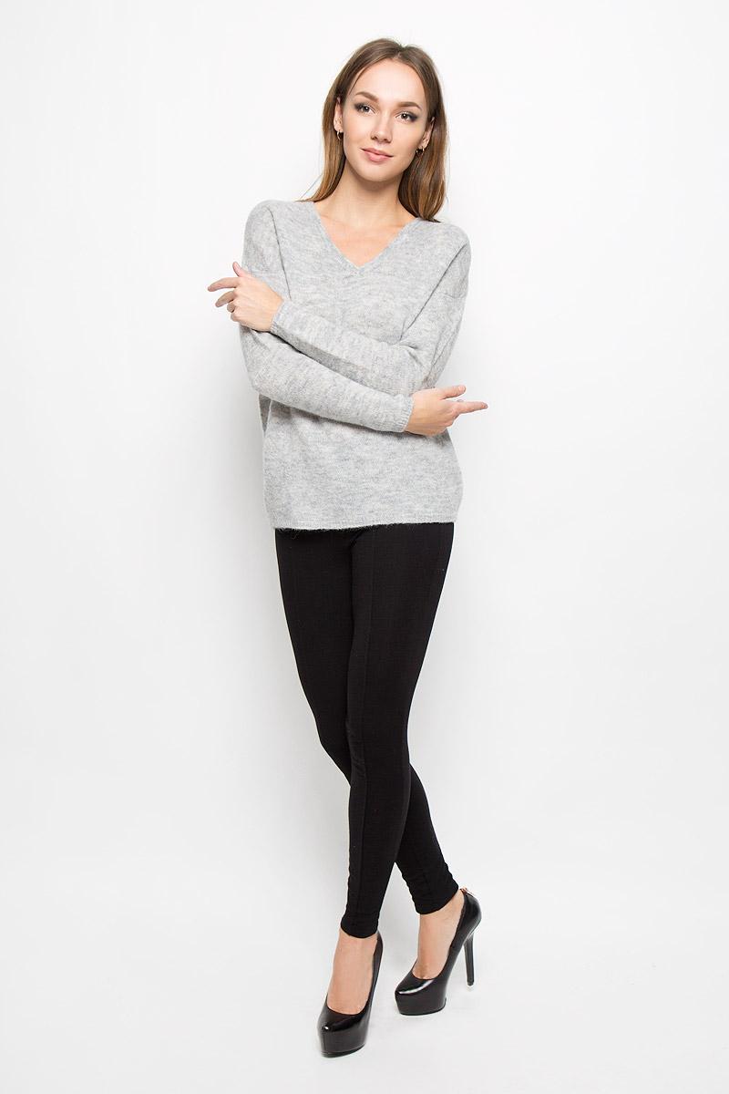 16051606_BlackСтильный женский пуловер Selected Femme, выполненный из сочетания высококачественных материалов, необычайно мягкий и приятный на ощупь, не сковывает движения, обеспечивая наибольший комфорт. Модель с V-образным вырезом горловины и длинными рукавами великолепно сидит. Пушистый пуловер мелкой вязки поможет вам создать стильный современный образ в стиле Casual. Этот удобный и стильный пуловер станет отличным дополнением к вашему гардеробу. В нем вы всегда будете чувствовать себя уютно в прохладное время года.