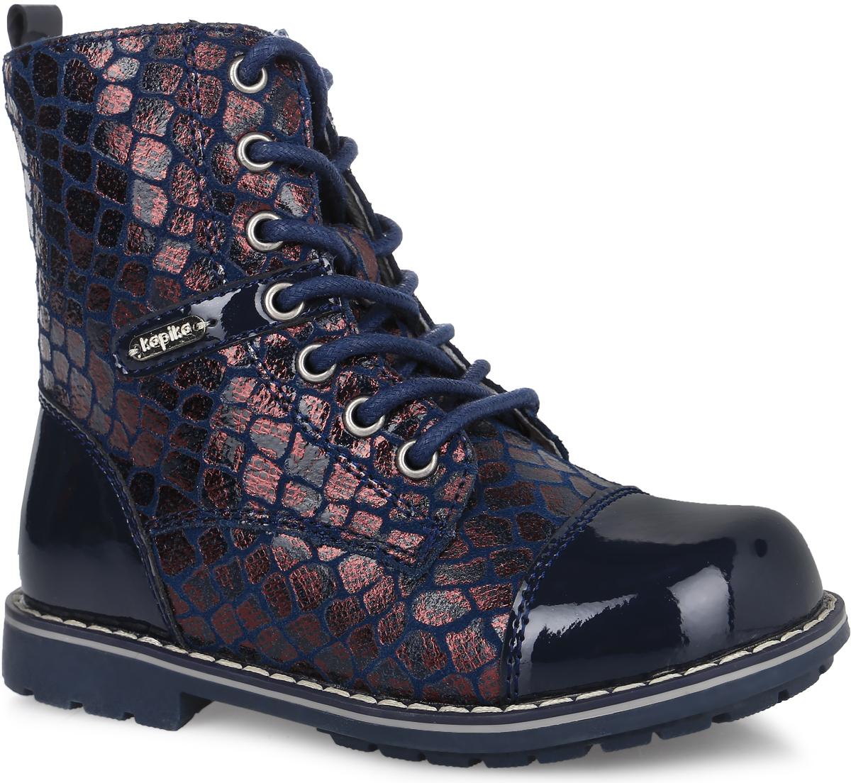 52233ук-1Стильные ботинки от фирмы Kapika покорят вашу девочку. Модель на классической шнуровке, боковая сторона дополнена молнией, что позволит надежно зафиксировать изделие на ноге. Обувь выполнена из натурального лака и искусственной кожи, оформленной под рептилию. Внутренняя поверхность и стелька изготовлены из шерсти со вставками из натуральной кожи, сохраняющих тепло и создающих комфорт. Подошва с протектором гарантирует отличное сцепление с любой поверхностью. Модные и удобные ботинки - незаменимая вещь в гардеробе девочки.