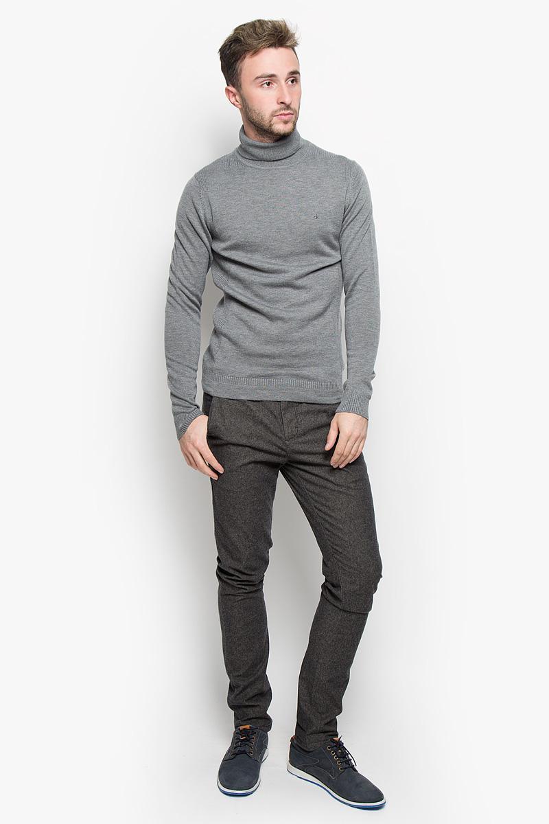 J30J300936Мужские брюки Calvin Klein Jeans станут модным дополнением к вашему гардеробу. Изготовленные из эластичного хлопка, они мягкие и приятные на ощупь, не сковывают движения и позволяют коже дышать, обеспечивая комфорт. Брюки зауженного кроя на поясе застегиваются на пуговицу и имеют ширинку на застежке-молнии, а также шлевки для ремня. Спереди у модели предусмотрены два втачных кармана, сзади - два прорезных кармана на пуговицах. Современный дизайн и расцветка делают эти брюки стильным предметом одежды, они отлично дополнят ваш образ и подчеркнут неповторимый стиль.