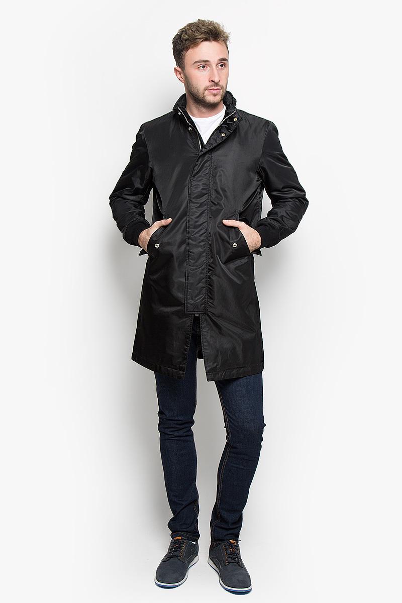 Пальто00ST90-0JAIO/900Стильное мужское пальто Diesel подчеркнет вашу индивидуальность. Пальто изготовлено из нейлона. Подкладка выполнена из нейлона и дополнена утеплителем из полиэстера. Модель с воротником-стойкой и длинными рукавами застегивается на металлическую застежку-молнию и дополнительно имеет ветрозащитную планку на кнопках. Модель дополнена несъемным капюшоном, который в случае необходимости, можно убрать в небольшой карман на воротнике. Низ рукавов дополнен трикотажными манжетами. Спереди расположено два прорезных кармана с клапанами на кнопках. С внутренней стороны изделие дополнено двумя прорезными карманами, один из которых застегивается на кнопку. Такое пальто будет дарить вам комфорт в течение всего дня и послужит замечательным дополнением к вашему гардеробу.