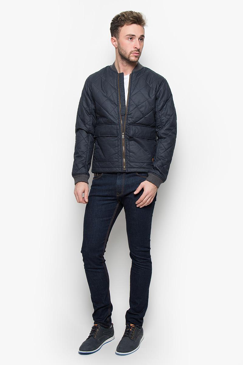 Куртка12107873_Navy BlazerСтильная мужская куртка Jack & Jones, выполненная из натурального хлопка, рассчитана на прохладную погоду. Модель с утеплителем из полиэстера подарит вам максимальный комфорт. Изделие с воротником-стойкой и длинными рукавами застегивается на застежку-молнию и дополнительно имеет внутреннюю ветрозащитную планку. Низ рукавов дополнен трикотажными манжетами. Воротник также выполнен из плотного трикотажного материала. Куртка дополнена двумя большими накладными карманами с клапанами на кнопках. С внутренней стороны расположен один прорезной кармана на пуговице. Модель оформлена фирменной нашивкой. Модная фактура ткани, отличное качество, великолепный дизайн.