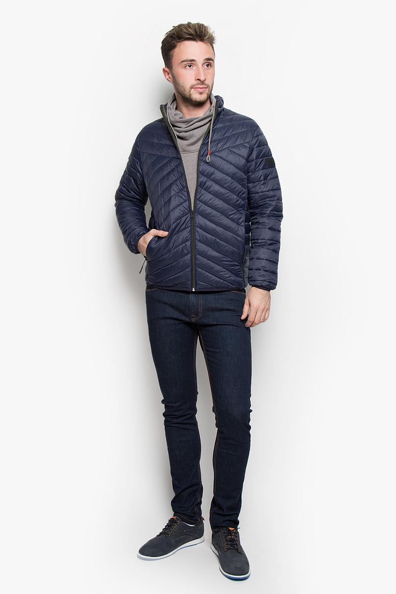 Куртка12109486_Navy BlazerСтильная мужская куртка Jack & Jones, выполненная из нейлона, рассчитана на прохладную погоду. Модель с наполнителем из полиэстера подарит вам максимальный комфорт. Изделие с воротником-стойкой и длинными рукавами застегивается на застежку-молнию. Низ рукавов и низ изделия обработаны эластичной бейкой. Куртка дополнена двумя втачными карманами на застежках-молниях. С внутренней стороны расположено два больших накладных кармана. На левом рукаве расположена небольшая фирменная нашивка. Такая куртка будет дарить вам комфорт в течение всего дня и послужит замечательным дополнением к вашему гардеробу.