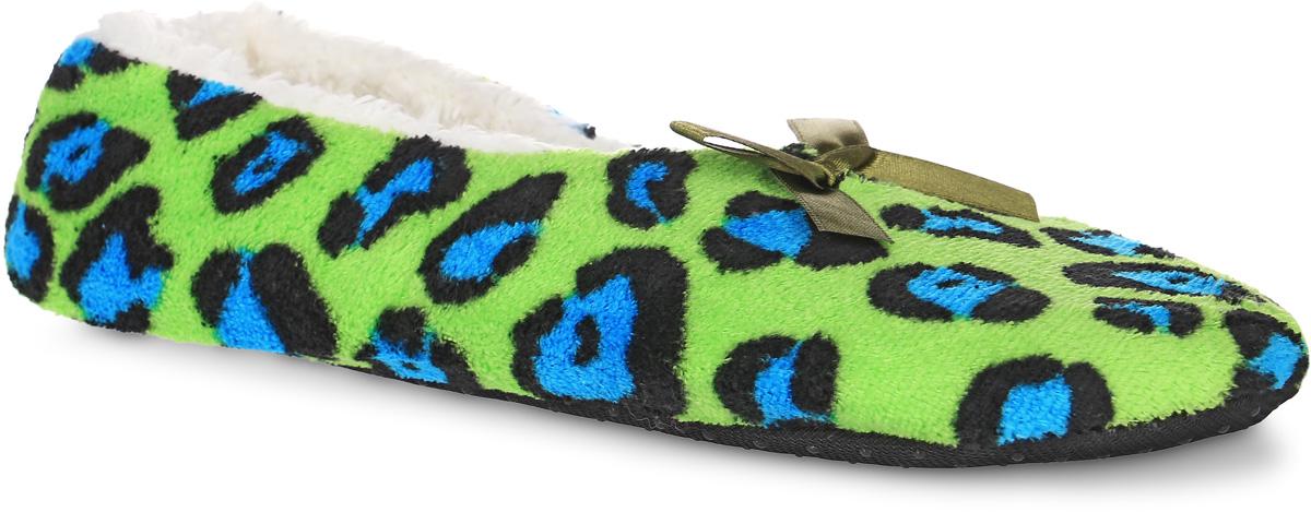 H133Женские тапки Burlesco не дадут вашим ногам замерзнуть. Модель выполнена из мягкого текстильного материала и оформлена оригинальным принтом и небольшим бантиком. Внутренняя поверхность и стелька выполнены из текстильного материала с ворсовым покрытием. Подошва дополнена силиконовыми вставками против скольжения. Тапки обеспечат прогрев ног сухим теплом, защитят от воздействия холода и сквозняков, и снимут усталость ног. Легкие и мягкие тапки подарят чувство уюта и комфорта.