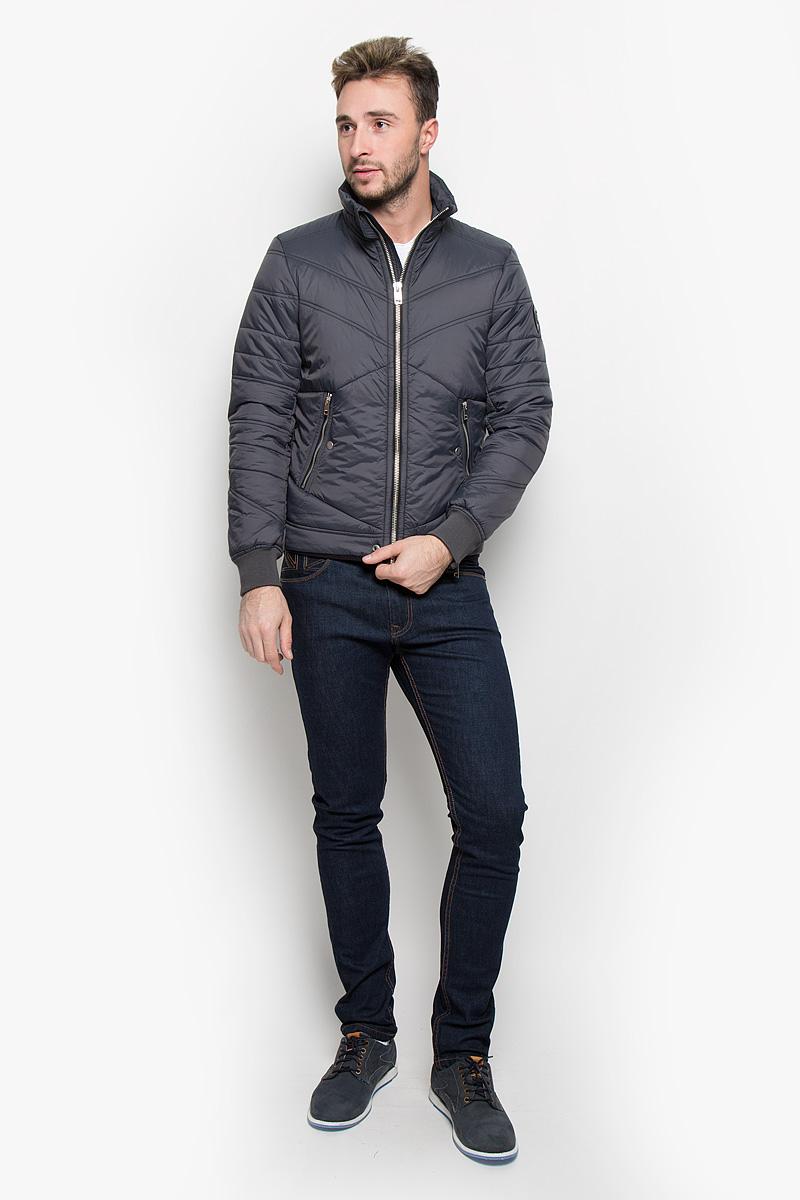 Куртка00STA2-0LAMF/92HСтильная мужская куртка Diesel отлично подойдет для прохладной погоды. Модная куртка с воротником-стойкой застегивается на застежку-молнию. Куртка, оформленная эффектной стежкой, дополнена двумя карманами на застежках-молниях и кнопках. С внутренней стороны предусмотрен потайной кармашек на кнопке. Манжеты рукавов регулируются в объеме при помощи молний и дополнены трикотажными резинками, что препятствует проникновению холодного воздуха. Утеплитель выполнен из полиэстера, который отличается повышенной теплоизоляцией, долговечностью в использовании и необычайно легок в носке и уходе. Эта модная куртка послужит отличным дополнением к вашему гардеробу.