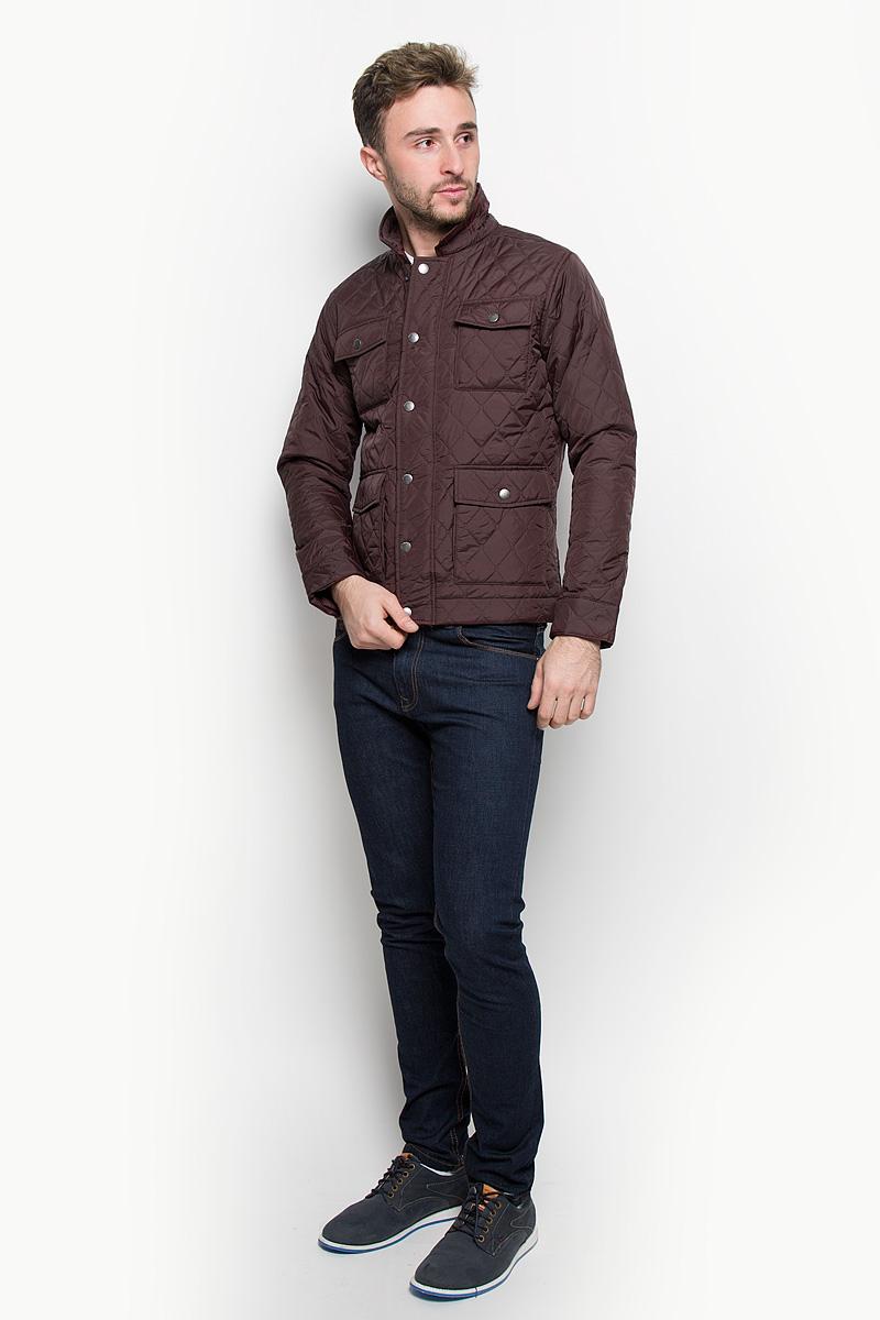 Куртка12109189_FudgeСтильная мужская куртка Jack & Jones, выполненная из высококачественного материала, рассчитана на прохладную погоду. Модель с утеплителем из полиэстера подарит вам максимальный комфорт. Куртка с отложным воротником застегивается на застежку-молнию и дополнительно имеет внешний ветрозащитный клапан на кнопках. Спереди расположены четыре кармана с клапанами на кнопках. С внутренней стороны модель дополнена карманом на липучке и одним врезным карманом на застежке-молнии. Манжеты снабжены хлястиком с кнопкой. Модная фактура ткани, отличное качество, великолепный дизайн.