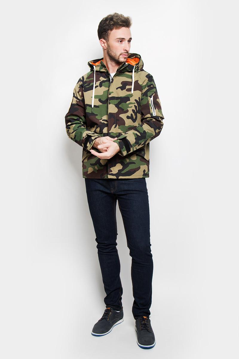 12110119_Black ForestСтильная мужская куртка Jack & Jones, выполненная из высококачественного материала, рассчитана на прохладную погоду. Модель с утеплителем из полиэстера подарит вам максимальный комфорт. Изделие застегивается на застежку-молнию и дополнительно имеет внешний ветрозащитный клапан на кнопках. Куртка с несъемным капюшоном, который регулируется по объему за счет шнурка. Манжеты снабжены хлястиком с липучкой для регулировки объема. Куртка дополнена двумя внешними прорезными карманами, которые закрываются клапанами на липучках, на рукаве расположен накладной карман на застежке-молнии. С внутренней стороны расположен карман на застежке-кнопке. Модель выполнена в стиле милитари. Правый рукав оформлен вышитой аппликацией на липучке. Модная фактура ткани, отличное качество, великолепный дизайн.