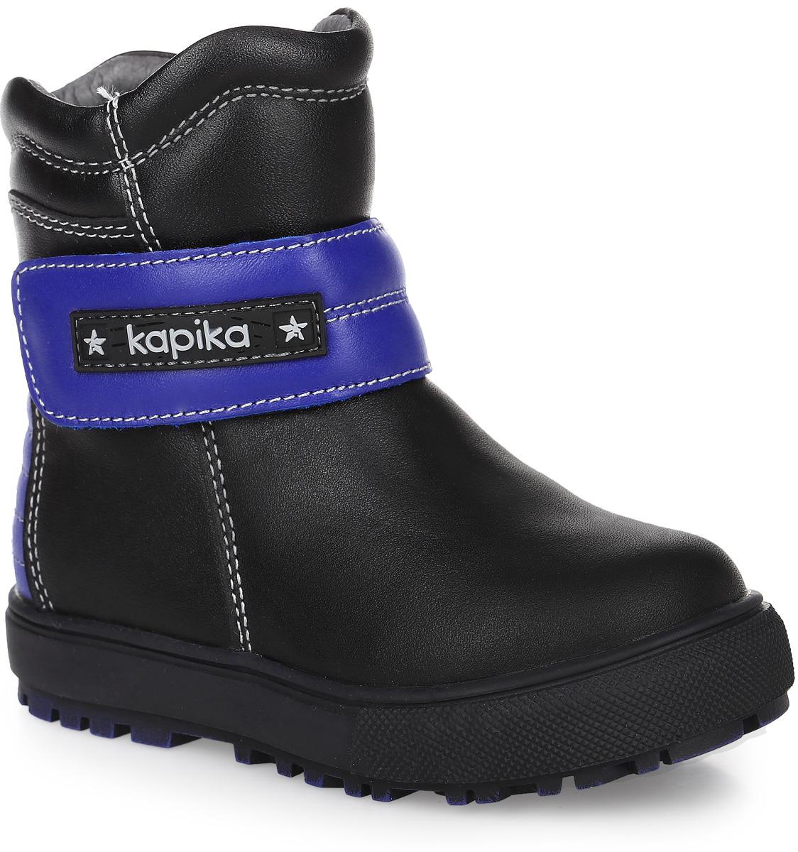62083ш-1Стильные полусапоги от Kapika заинтересуют вашего мальчика с первого взгляда. Модель выполнена из натуральной кожи, на щиколотке ремешок контрастного цвета с застежкой-липучкой. Изделие на застежке-молнии, что способствует надежной фиксации на ноге. Задник декорирован вставкой контрастного цвета, оформленной прострочкой. Подкладка, изготовленная из натуральной шерсти, обладает такой же тепло- и воздухо проводимостью, как и натуральный мех - овчина, а также легче, чем натуральный и более устойчивый к истиранию, текстильная основа шерстяного меха не задерживает влагу, в отличии от мездры(основы меха), поэтому обувь легко просушить в случае намокания, по верху подкладка выполнена из натуральной кожи. Подошва оснащена рифлением для лучшей сцепки с поверхностью. Чудесные полусапоги займут достойное место в гардеробе вашего ребенка.