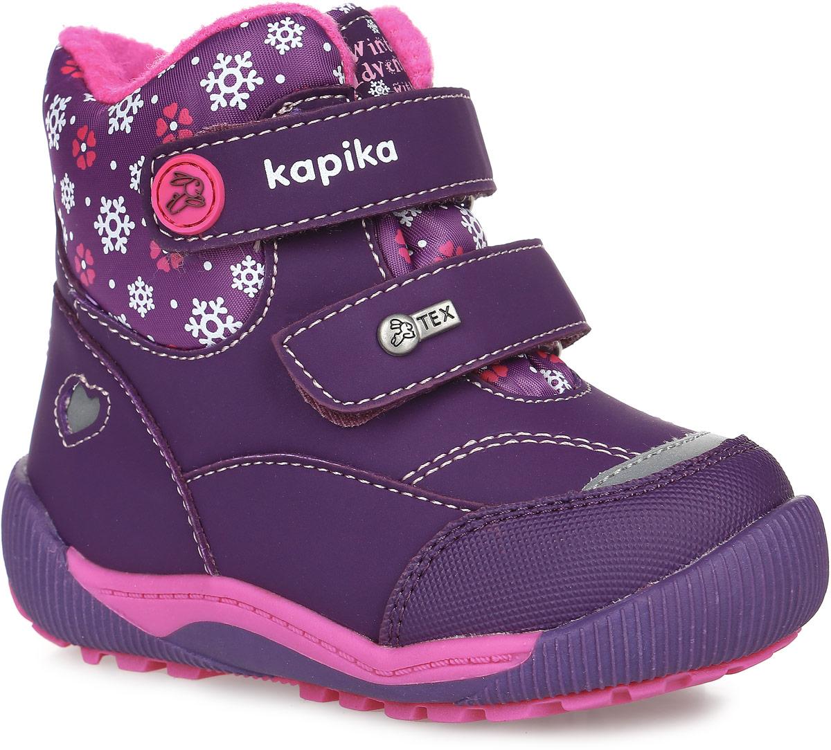 41171-1Ботинки от Kapika придутся по душе вашей девочке. Модель идеально подходит для поздней осени, ранней весны, а также для тёплой и сырой погоды зимой, сохраняет комфортный микроклимат в обуви как при ношении на улице, так и в помещении. Верх обуви изготовлен из искусственной кожи со вставками из водонепроницаемого текстиля, оформленного принтом снежинки, язычок и ремешки декорированы фирменным логотипом бренда. Два ремешка на застежке-липучке надежно зафиксируют изделие на ноге. Подкладка и стелька изготовлены из натуральной шерсти, что позволяет сохранить тепло и гарантирует уют ногам. Подошва с рифлением обеспечивает идеальное сцепление с любыми поверхностями. Такие чудесные ботинки займут достойное место в гардеробе вашего ребенка. УВАЖАЕМЫЕ КЛИЕНТЫ! Модель большемерит на один размер.
