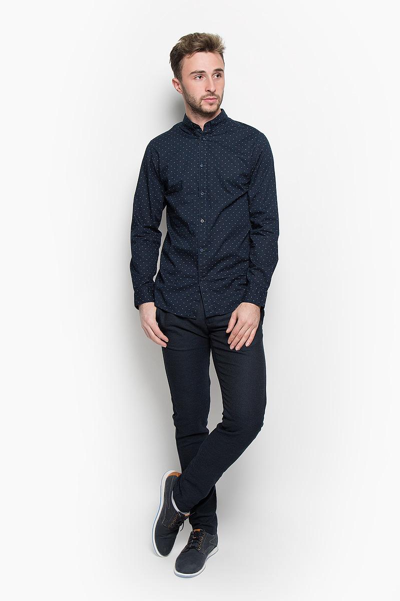 Рубашка16052233_Bright WhiteСтильная мужская рубашка Selected Homme, выполненная из натурального хлопка, подчеркнет ваш уникальный стиль и поможет создать оригинальный образ. Такой материал великолепно пропускает воздух, обеспечивая необходимую вентиляцию, а также обладает высокой гигроскопичностью. Рубашка с длинными рукавами и отложным воротником застегивается на пуговицы спереди. Манжеты рукавов также застегиваются на пуговицы. Модель оформлена ненавязчивым принтом. Воротник фиксируется на пуговицы. Классическая рубашка - превосходный вариант для базового мужского гардероба и отличное решение на каждый день. Такая рубашка будет дарить вам комфорт в течение всего дня и послужит замечательным дополнением к вашему гардеробу.