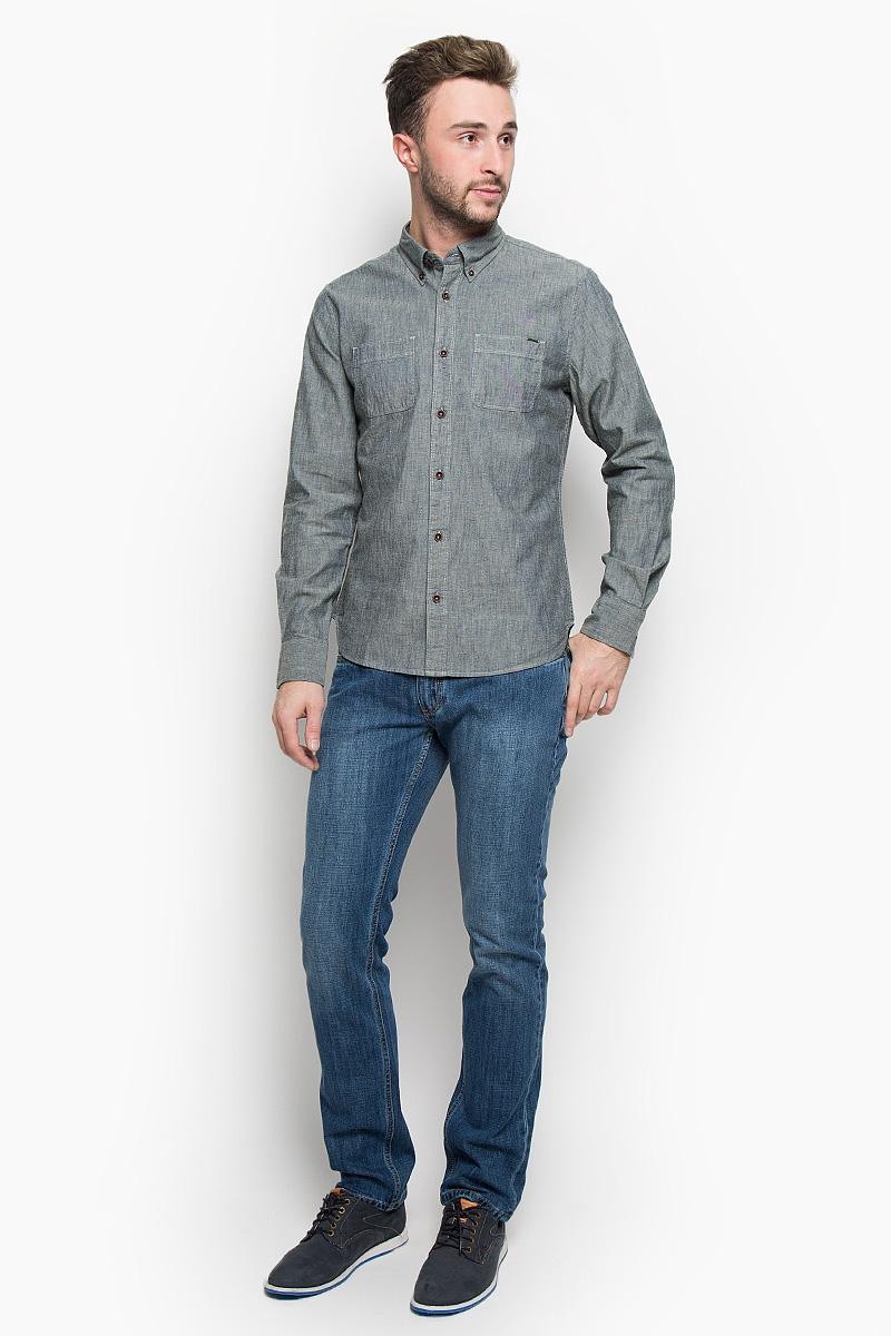 РубашкаLCHMW044/OLIVEМужская рубашка Lee Cooper, выполненная из натурального хлопка, идеально дополнит ваш образ. Материал мягкий и приятный на ощупь, не сковывает движения и позволяет коже дышать. Рубашка классического кроя с длинными рукавами и отложным воротником застегивается на пуговицы по всей длине. Низ рукавов обработан манжетами на пуговицах. На груди модель дополнена двумя накладными карманами. Такая рубашка будет дарить вам комфорт в течение всего дня и станет стильным дополнением к вашему гардеробу.