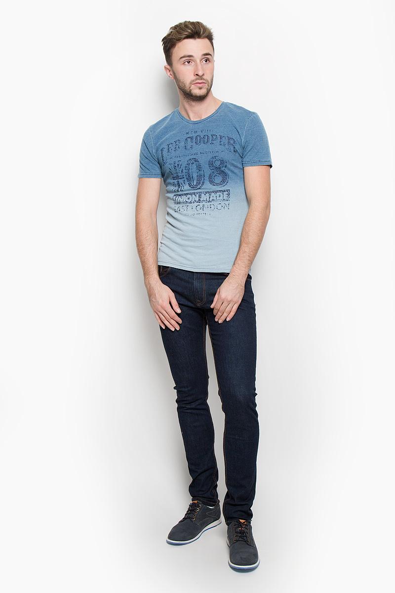 ФутболкаLCHMJ088/DKDENIMСтильная мужская футболка Lee Cooper, выполненная из 100%-го хлопка, обладает высокой воздухопроницаемостью и гигроскопичностью, позволяет коже дышать. Модель с короткими рукавами и круглым вырезом горловины спереди дополнена принтовыми надписями. Эта футболка - идеальный вариант для создания эффектного образа.